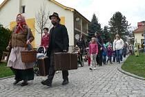 Pod vedením rodiny broučků se vydal průvod ze zámeckého parku na cestu Týnem nad Vltavou. Cílem putování zpestřeného i plavbou po řece bylo tradičně otáčivé hlediště.