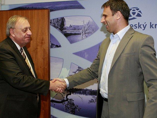 V příštích čtyřech letech budou vládnot spolu: lídři ČSSD Jiří Zimola (vpravo) a KSČM Petr Braný.
