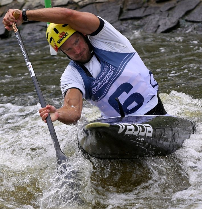 Michal Jáně zvítězil v kategorii C 1 muži. Český pohár ve vodním slalomu v Českém Vrbném