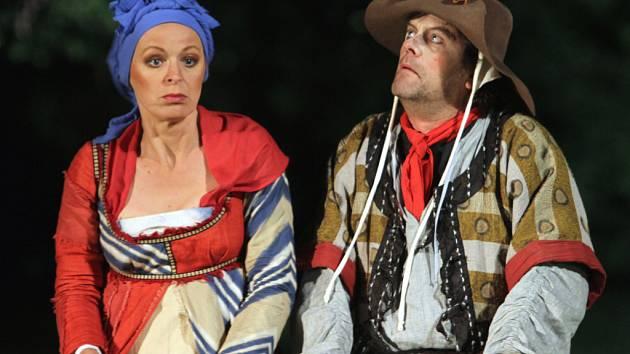 Jihočeské divadlo uvede 7. června premiéru komedie Dekameron před otáčivým hledištěm. Na snímku Věra Hlaváčková jako prostá žena Pasqua a Roman Nevěčný coby její manžel Petruccio.