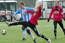 Tomáš Stráský se v sobotním derby se Sezimovým Ústím na Hluboké snaží zastavit hostujucího Pavla Simra.