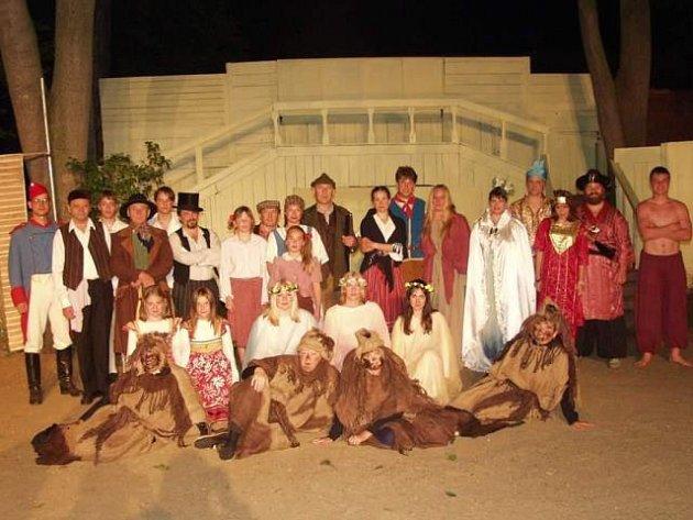 Členové divadelního spolku Vltavan při jedné z her na přelomu století. Rekvizity v pozadí si ochotníci vyráběli sami.