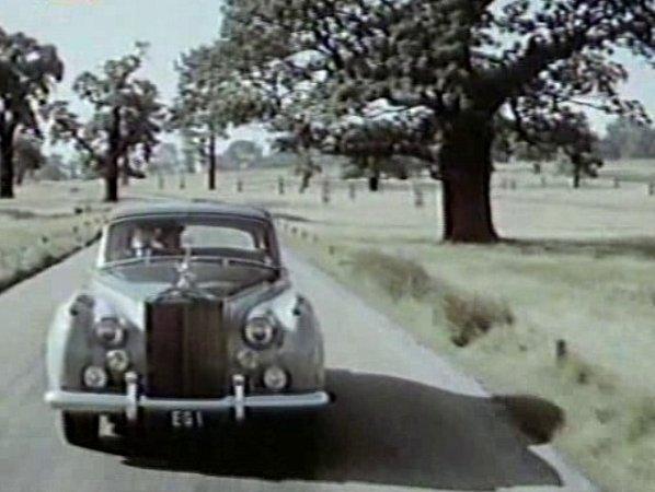 Auto slordem brázdí venkovskou silnici a anglickou krajinu a za chvíli vjede před zámek Hluboká.