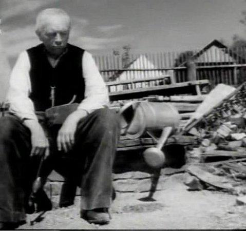 Herec Otto Čermák jako otec sedláka Hánka. Na jejich statku ještě teče voda, jinde už ne.