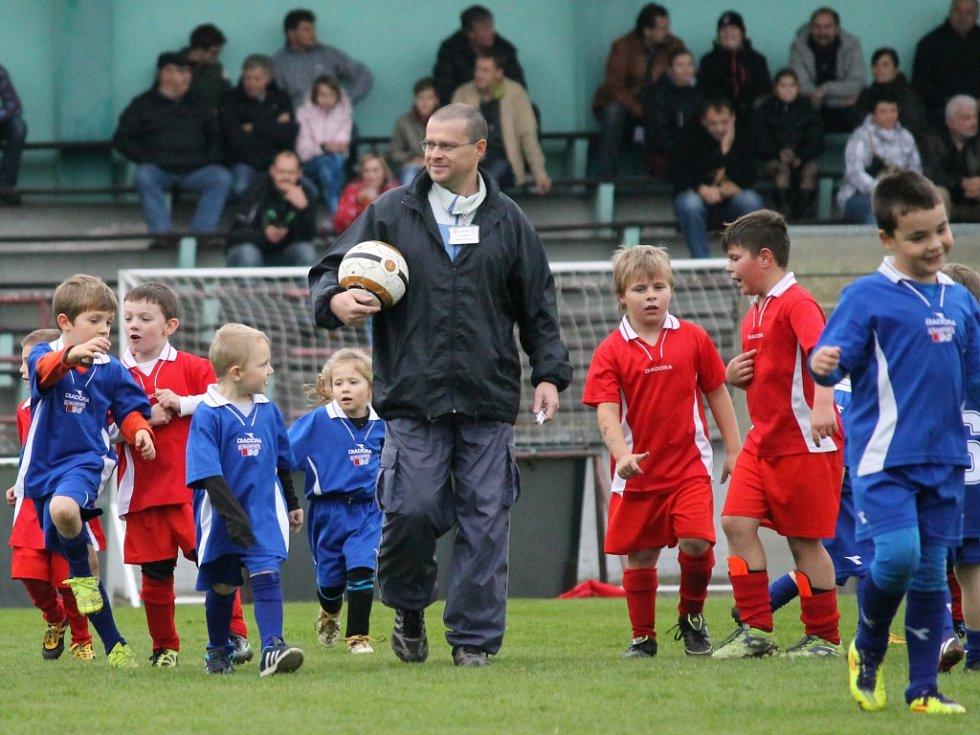Ve šlágru I.A třídy fotbalisté Týna (v červeném) podlehli doma Olešníku 0:3 a přenechali mu druhé místo v tabulce.