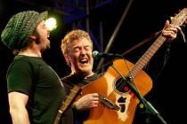 Irský písničkář a držitel Oscara Glen Hansard zahrál 1. srpna na nádvoří kláštera v Milevsku. Zazpíval si s ním i jeho technik Mic Geraghty.