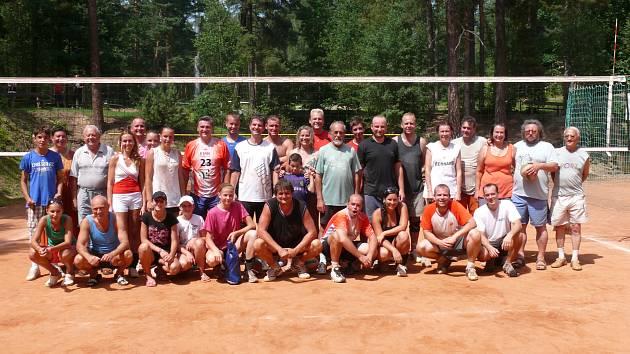Účastníci volejbalového turnaje na Hlincové Hoře