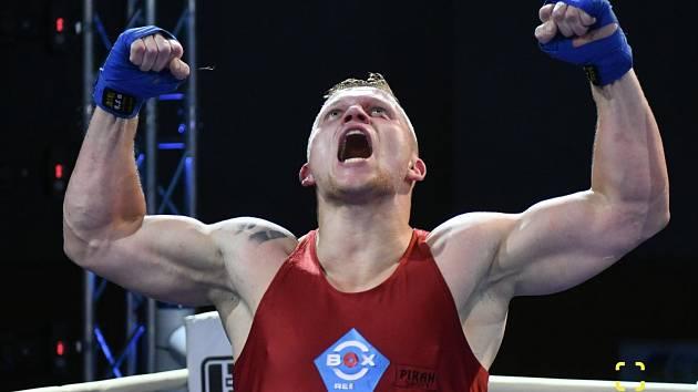 Adam Kolařík se raduje z letošního titulu mistra Česka v supertěžké váze, který vybojoval v Ústí nad Labem. Podobně slavil ve své kariéře už mockrát, ze 121 zápasů v ringu jich 103 vyhrál.