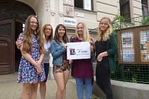 ÚČASTNICE SOUTĚŽE. Patnáct žáků Základní školy Dukelská v Českých Budějovicích se přihlásilo do letošního ročníku soutěže Lidice pro 21. století.