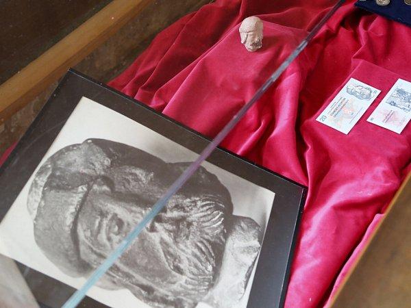 Husitské muzeum vTáboře připravilo výstavu oJanu Žižkovi, slavném vojevůdci zTrocnova, od jehož úmrtí uplyne 11.října 590let. Na snímku originál hlavičky Jana Žižky zkamenného znaku Tábora se stal motivem na dvacetikorunové československé bankovce z