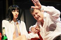 Nahota včetně striptýzu není ve hře Fuk, kterou uvádí Jihočeské divadlo v režii Petra Zelenky, žádnou samoúčelnou exhibicí vulgarit. Na snímku Teresa Branna a Jan Dvořák.