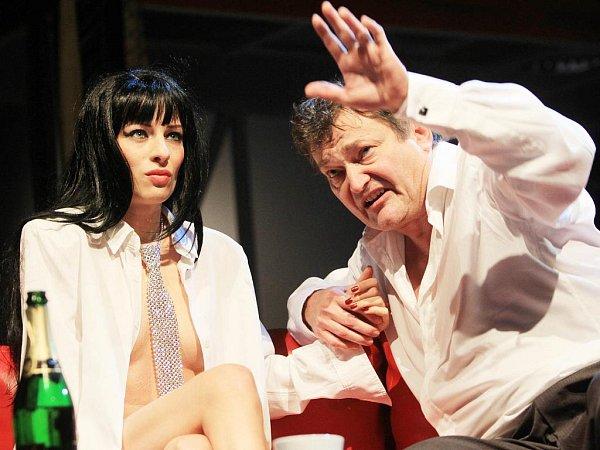 Nahota včetně striptýzu není ve hře Fuk, kterou uvádí Jihočeské divadlo vrežii Petra Zelenky, žádnou samoúčelnou exhibicí vulgarit. Na snímku Teresa Branna a Jan Dvořák.