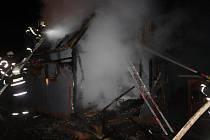 Požár chaty v Kostelci.