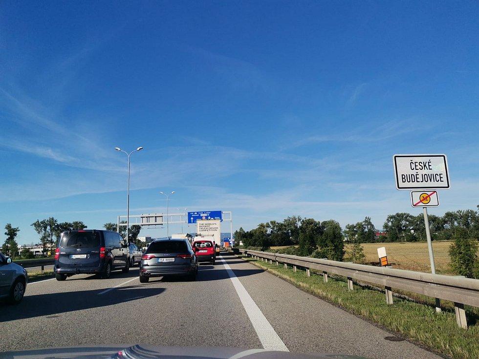 Kvůli úpravě dopravního značení se v pondělí ráno před kruhovým objezdem v českobudějovické Okružní ulici tvořily kolony aut.
