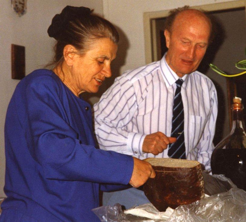 Ladislav Havel, jihočeská legenda, která naučila hrát na housle stovky žáků včetně Pavla Šporcla, slavil 22. května 2015 své 90. narozeniny. Na snímku doma v kuchyni s manželkou Marií, rok 1993.