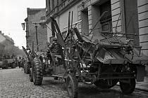 Zemědělská technika na rohu Lannovy a Jeronýmovy dne 1. 5. 1951.