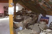 Nahlédnout na stará válečná i civilní vozidla můžete v Ledenicích u soukromého sběratele Antonína Mandy.