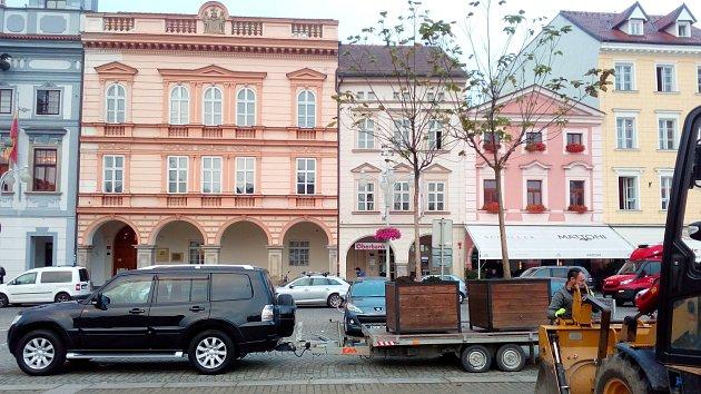 První stromy odvezli z náměstí