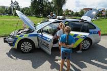 Policejní mluvčí Milan Bajcura na příměstském táboře v Českých Budějovicích nechal děti nahlédnout do policejního automobilu a vyzkoušet si mohly také brýle navozující opilost a vliv omamných a psychotropních látek.