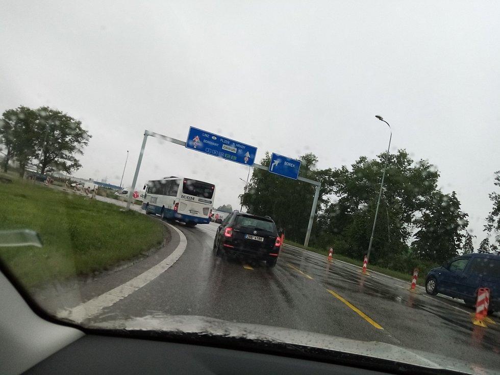 V pondělí začalo dopravní omezení na kruháči v budějovické Okružní ulici. Od Lišova proto stála fronta aut.