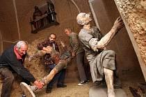 Snímek z června 2009. Římovští vynášejí zbylé sochy z kaple po velké krádeži.