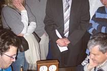 Martin Cuhra skončil v mistrovství ČR juniorů v šachu osmý: na archivním snímku jeho bleskové partii s jihočeskou jedničkou Petrem Šimkem přihlíží i bývalý jihočeský hejtman a nově jmenovaný prorektor Jihočeské univerzity RNDr. Jan Zahradník.