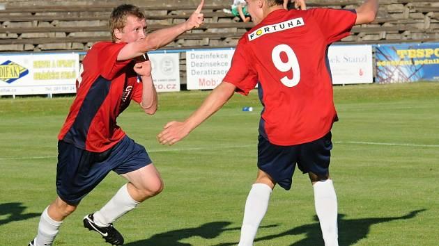 Ještě před druholigovým áčkem vstoupili do nové sezony junioři Táborska, kteří hráli doma s Libercem 2:2). Na snímku se Prášek (vlevo) spolu s Rosůlkem v poslední minutě raduje ze svého gólu na 2:2.