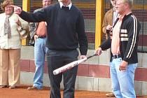 Se softbalovou pálkou v ruce se radí obránce HC Mountifeld Milan Toman s předsedou České softbalové asociace Gabrielem Waagem.