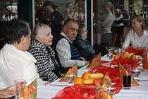 Zhruba sedmdesát lidí oslavilo včera Štědrý den v předstihu. Program byl tradiční - zpívaly se koledy a podával rybí řízek s bramborovým salátem. Akce se uskutečnila už po osmnácté, pomáhají jí sponzoři.