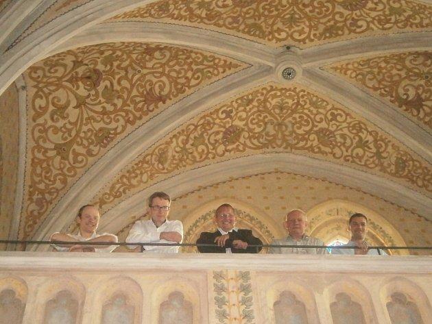 Kostel Sv. Rodiny, jehož obnova zaujala i městské zastupitele, v pondělí navštívili (zleva) Vojtěch Prokeš, Josef Prokeš, Norbert Schmidt, Josef Pleskot a Pavel Němec.