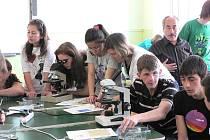 Turečtí a čeští studenti při společné práci v laboratořích v gymnáziu Jírovcova v Č. Budějovicích.