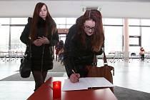 Jihočeská univerzita v Českých Budějovicích včera uctila památku obětí nedávného teroristického útoku na pákistánskou Univerzitu Báči Chána ve městě Čársadda
