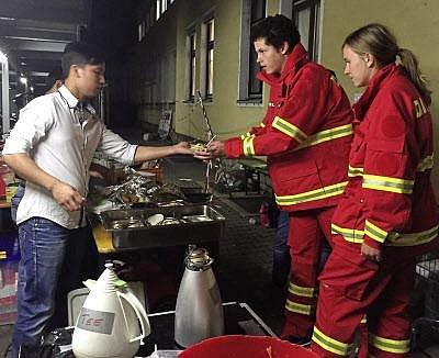 Vietnamec Van Trung obdarovává policisty.