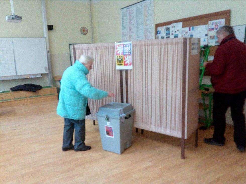 Ve volebním okrsku č. 72 v ZŠ Matice školské odvolilo dosud 26 procent zapsaných voličů.