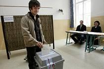 V Českých Budějovicích odvolil v sobotu také herec Jiří Mádl, který na sebe před volbami strhl pozornost díky spotu Přemluv bábu. Mádl volil na gymnáziu Česká a svůj hlas dal TOP 09.