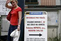 Problémy u voleb byly v Budějovicích v okrsku č.32 v tiskárně Inpress. Jednak v sobotu komisi napadl agresivní bezdomovec a jednak se museli omlouvat lidem, jež radnice mystifikovala, když jim napsala, že komise sídlí v restauraci U kapličky.