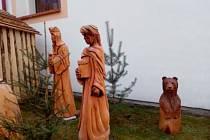 Betlém v životní velikost stojí před kostelem v Ševětíně.