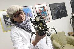 Tomáš Vitanovský využije i součástky z motorek, které by byly na vyhazov. Dělá z nich sochy.