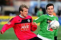 Petr Mach (vlevo) bojuje s exbudějovickým kanonýrem Jablonce Davidem Lafatou: fotbalisté Dynama vstoupili do letošní Tipsportligy v pražském Edenu porážkou s Jabloncem 0:4.