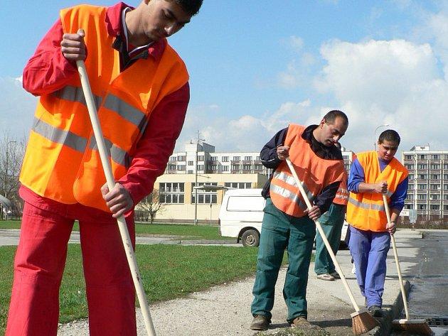 OČISTA ULIC. Každý rok na jaře zahajují České Budějovice tak zvané komplexní čištění ulic. A stejně jako loni, se bude letos město čistit bez odtahů zaparkovaných automobilů. Bude se tedy více spoléhat na ruční dočišťovací práce jako na našem snímku