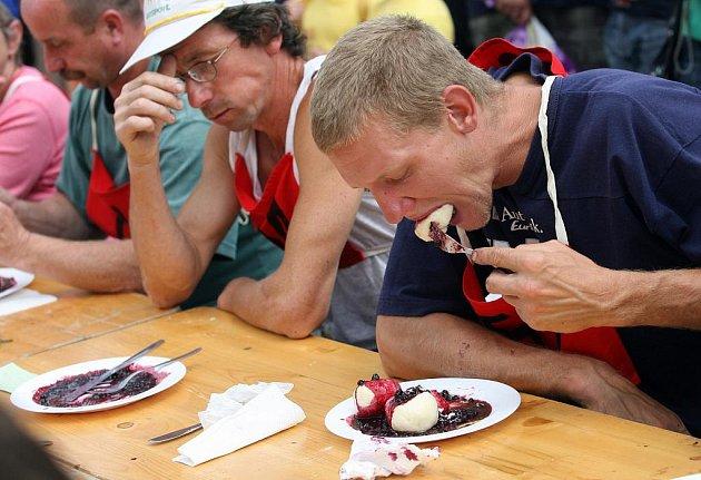 Ondřej Posejpal z Pořešína (vpravo) se stal novým šampionem soutěže jedlíků na borovanském Borůvkobraní.