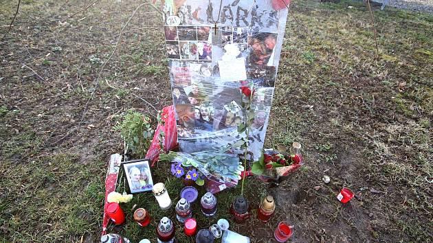 Zavražděné dívce vytvořili přátelé na Máji pomníček.