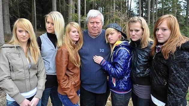 Táta a jeho dvoje trojčata.