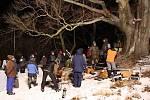 Snímek z natáčení televizního filmu Sněžná noc. Snímek vznikl během zásadního nočního natáčení u Hubova. Atmosféra byla silná.
