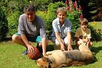 Jindřich Dejmal na chatě s paní Alenou, vnučkou Lindou a psíkem Cindy.
