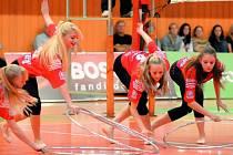 Gymnastky SKMG Máj zpestřily českobudějovickou domácí extraligovou premiéru volejbalistů Jihostroje  exhibičním vystoupením. Ve volejbalových dresech  to gymnastkám slušelo,  o víkendu budou bojovat ve sportovní hale v RG Cupu 2008.