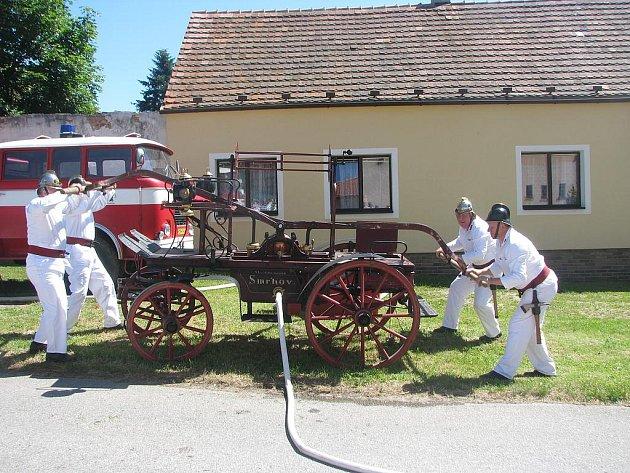 V Ločenicích se v sobotu konaly oslavy výročí 650 let založení obce. Zdejší dobrovolní hasiči předvedli při té příležitosti svou historickou ruční stříkačku.