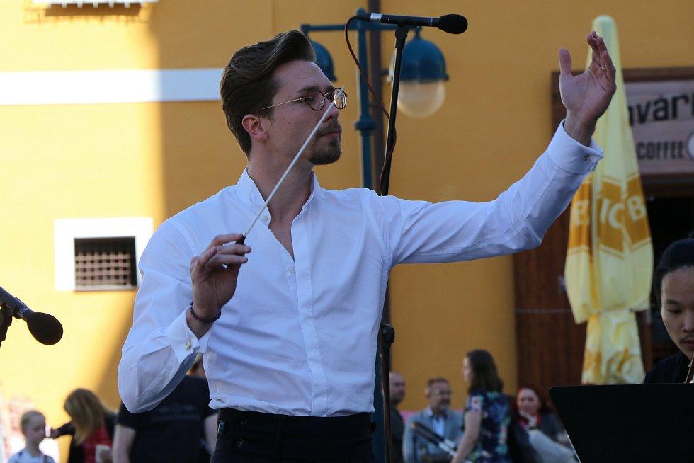 Jihočeská filharmonie koncertovala na českobudějovickém Piaristickém náměstí.