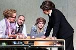Boj rodičů s třídní učitelkou zachycuje hořká komedie Úča musí pryč!, kterou nově uvádí Jihočeské divadlo. Na snímku zleva Teresa Branna, Jan Kaštovský, Dana Verzichová a Daniela Bambasová.