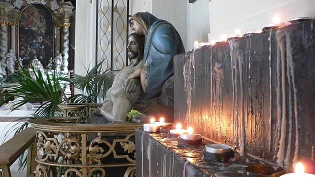 Svíčky za oběti neštěstí hořely v neděli jistě i v českobudějovické katedrále sv. Mikuláše.